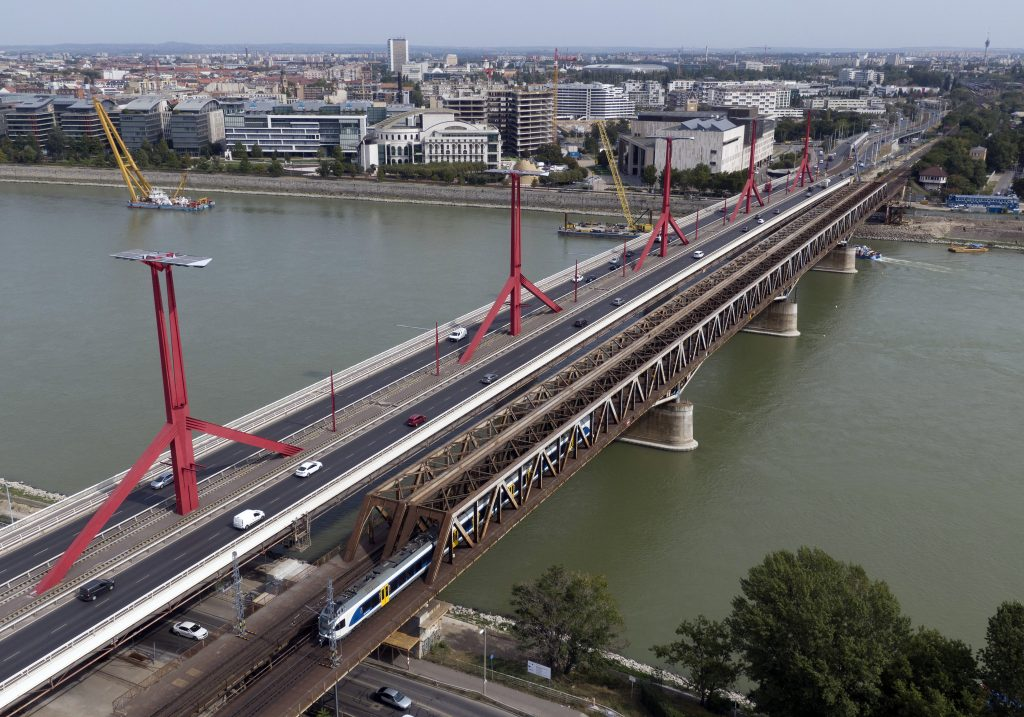 WWII Bomb to Be Removed from Rákóczi Bridge Area on Sunday post's picture