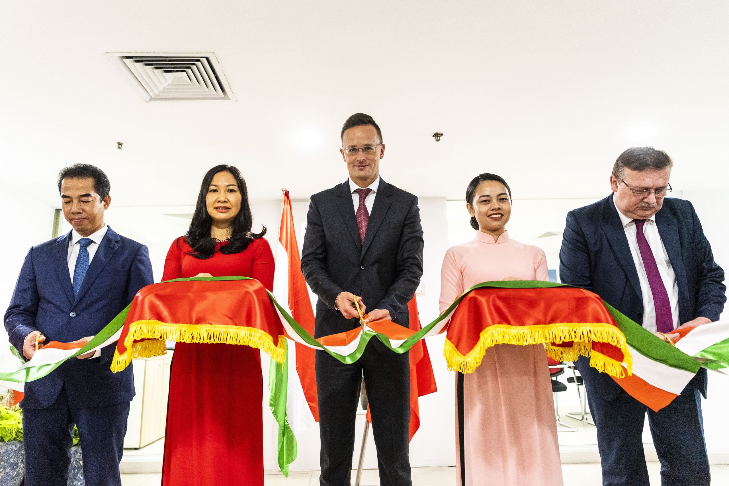 FM Szijjártó Inaugurates Hungarian Embassy's New Consular Section in Hanoi post's picture