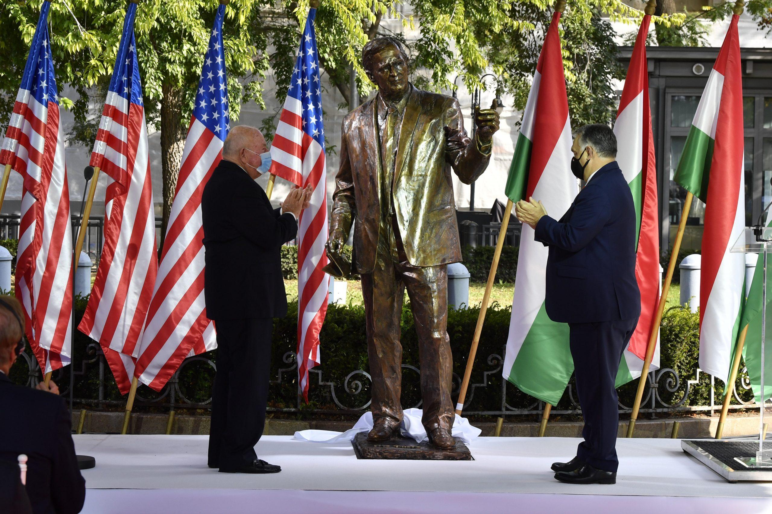 Orbán dévoile le monument George Bush: `` Il partageait le rêve de liberté et d'indépendance de l'Europe centrale ''