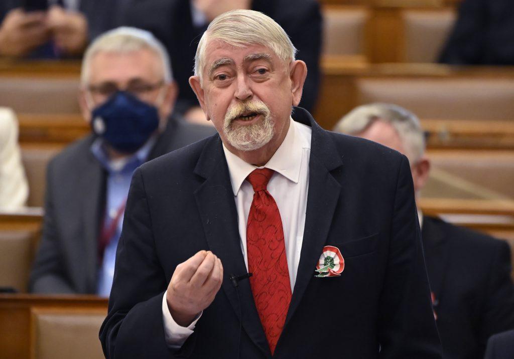 Human Minister Kásler Slams Left for 'Anti-Vaxxer' Attitude post's picture