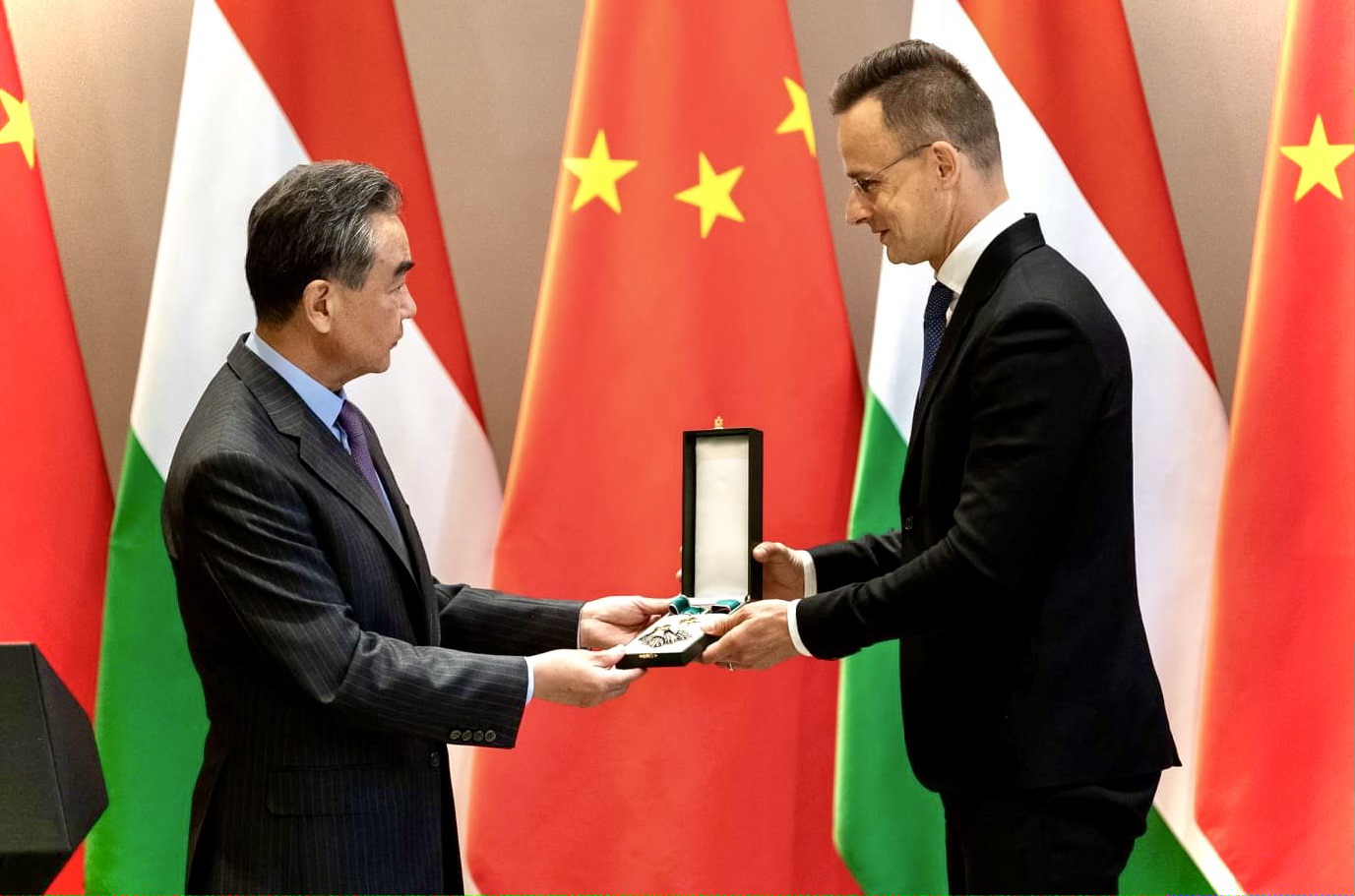 FM Szijjártó Decorates Chinese Counterpart for 'Proving His Friendship with Hungary' During Covid