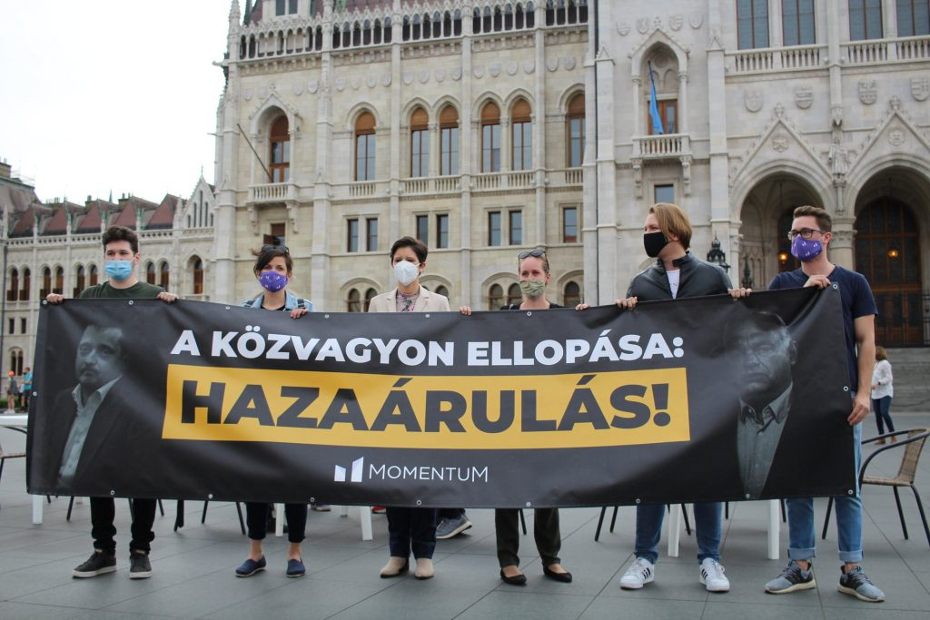 Momentum Sets Up 'Terrace' at Parliament To Protest Hungary's 'University Privatization' post's picture
