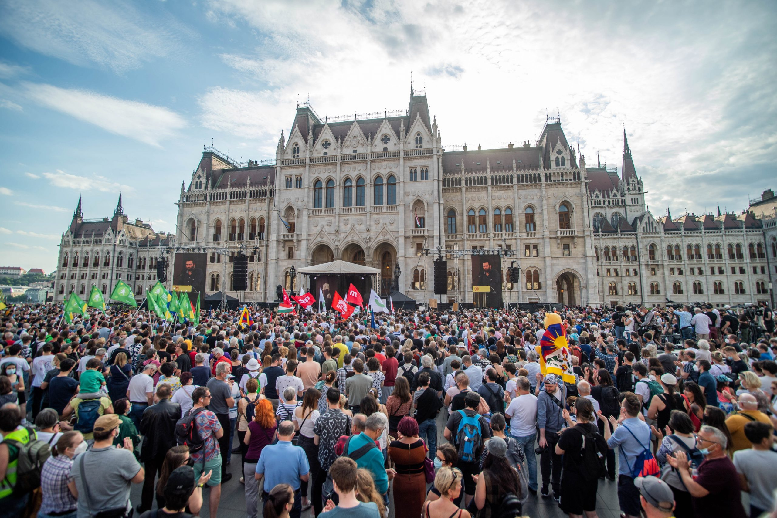 Gov't Passes Bill on Fudan Hungary While Rejecting Relevance of Debate