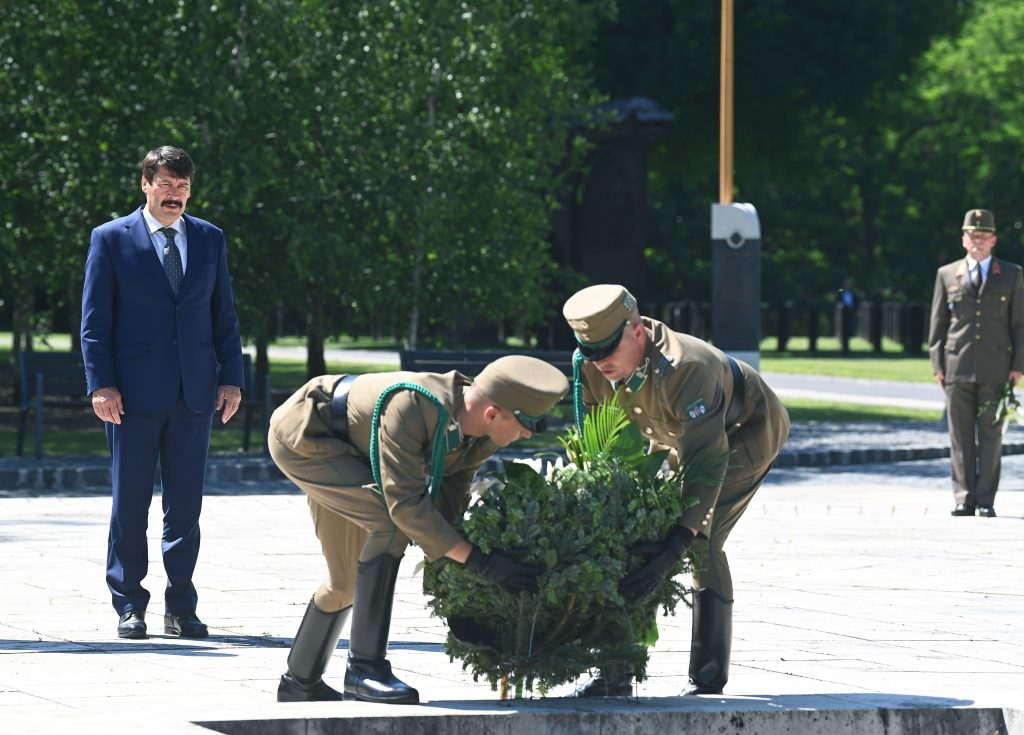 President Áder Places Flowers at Grave of Imre Nagy post's picture