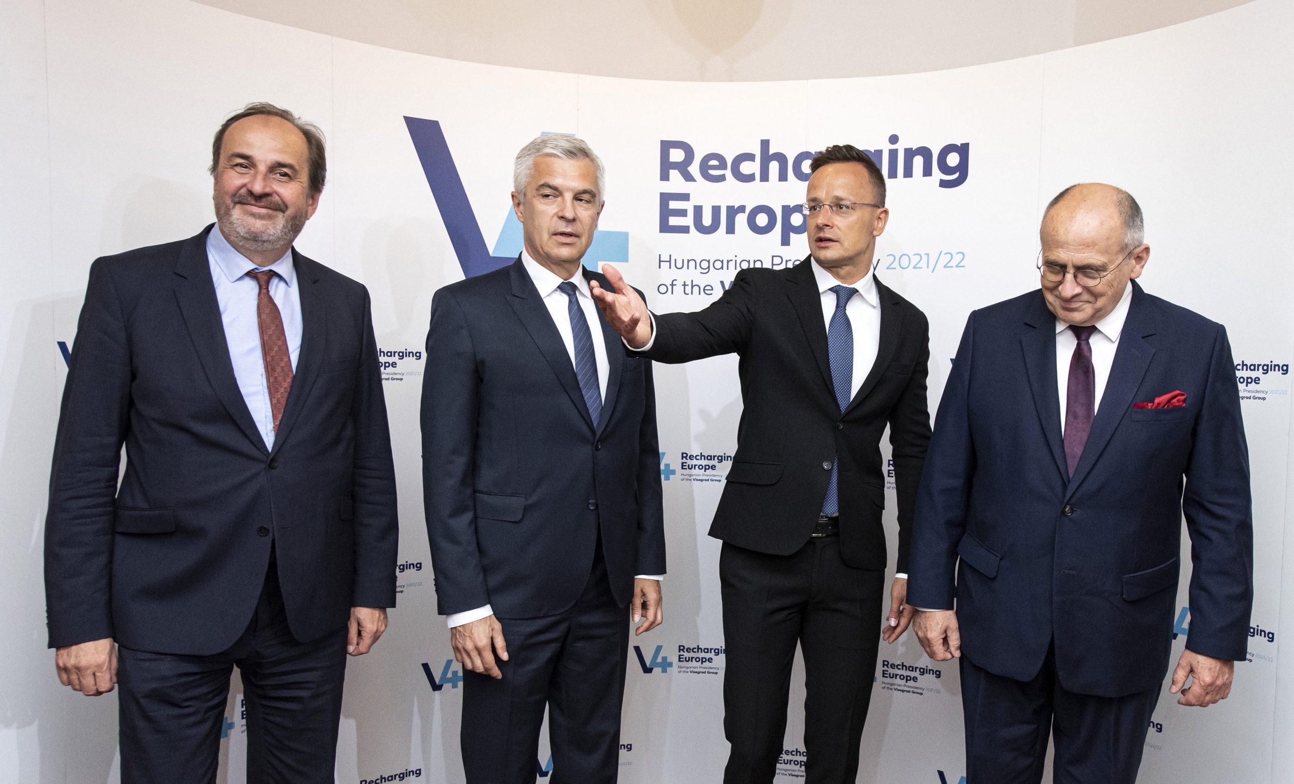 FM Szijjártó: V4 Countries to Help Lithuania Halt Migrants