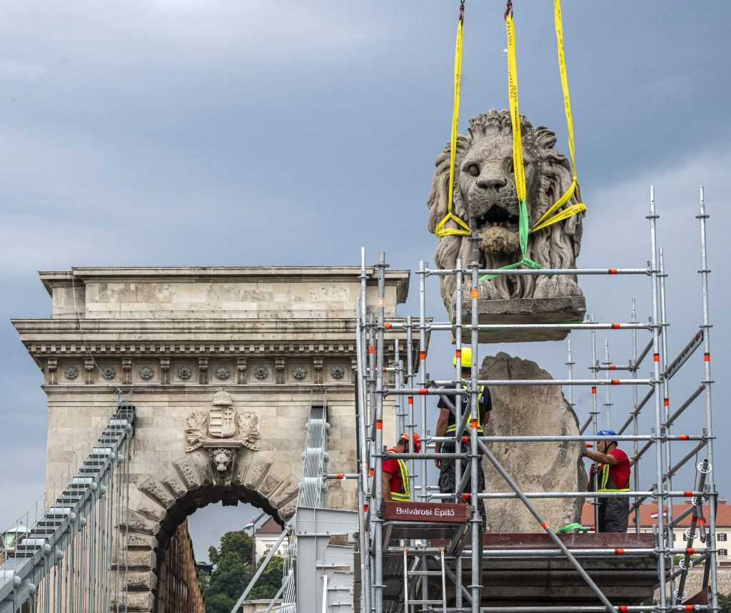 Chain Bridge's Iconic Roaring Lion Statues to be Removed for Renovation post's picture