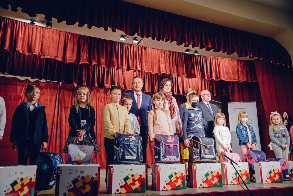 Gov't Official Delivers School Supplies to Vojvodina Hungarian First-graders post's picture