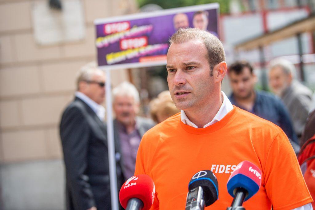 Fidesz's Anti-Gyurcsány, Anti-Karácsony Signature Drive Garners 100,000 Signatures post's picture
